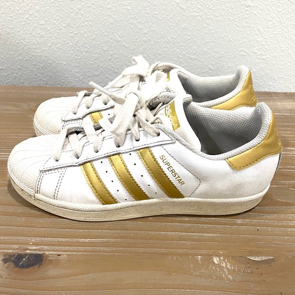 Girls white gold shell toe classic Adidas sneakers